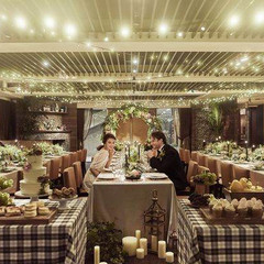 長テーブルでゲストの皆様と距離の近いパーティを。