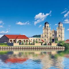 運河沿いに佇む、荘厳な大聖堂