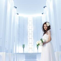 """セレモニースペースの""""WYN""""はクリスタルが光輝く白亜の大聖堂。このクリスタルチャペルに一目惚れする花嫁も多数!"""