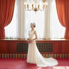 深紅の絨毯とシャンデリアがクラシカルな花嫁姿を演出します。