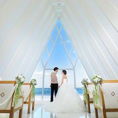 恋の島・古宇利島と美ら海のコラボを眺めながら永遠の愛を誓えます。白亜のチャペルに紺碧の海がアクセントになり、より一層美しい空間が広がります。