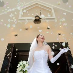 誓いの儀式が終わったら、扉の外で祝福の演出を。屋内なので雨天時でも安心。