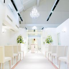 白を基調にしたスタイリッシュ空間。天井が高いので開放感もあります。着席ですと最大40名様までご案内可能でございます。