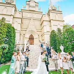 大聖堂の外観はまるでお城のよう。周りはガーデンや噴水に囲まれ、挙式後は大階段でのフラワーシャワーやブーケトス、全員集合写真でゲストと楽しいひと時を。