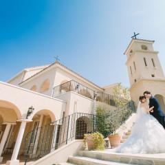 南フランスに実在する街 ムージャンをモデルに建てられた ヴィラ・デ・マリアージュ 挙式後 鐘の音がひびくと だれもが笑顔で二人を祝福する