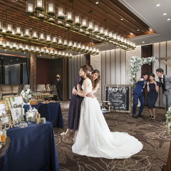 ゲストルーム(受付/待合い)は結婚式1日の始まり。ゲスト様に来て頂いてから特別感を感じていただけるように、庭園と直結で居心地のよさを叶える優雅な待合スペース。