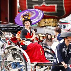挙式後は披露宴会場まで人力車に乗ってご移動を。浅草の地元の人々に温かく見守られ幸せなひとときを。