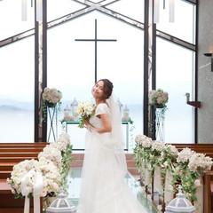 開放感あふれるガラスの教会。バージンロードには2000本のバラが!
