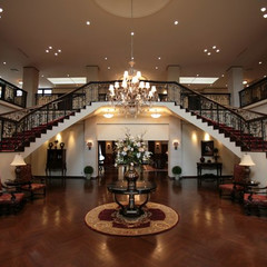 英国宮廷のようなプリンセス階段でお出迎え