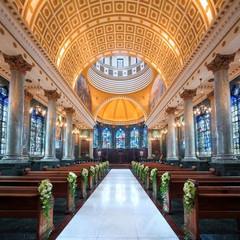 200年の歴史を持つステンドグラスに囲まれた本格派大聖堂。 ゲストの皆様をヨーロッパに訪れたような体験を。