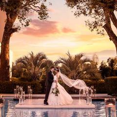 誓いのセレモニーが行われる音楽堂の扉を開けると目の前に広がる水面が煌くラグーン。きれいな夕陽に包まれる最高にロマンチックな瞬間に、ゲストからの祝福を。