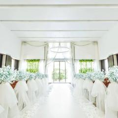 白を基調としたナチュラルな雰囲気の式場内は自然光も入る明るい会場