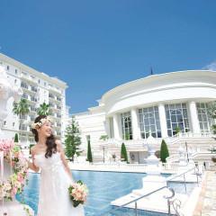 白亜の建物ときらめくプールに囲まれた特別な空間で叶えるリゾートウェディング。