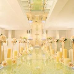 【ブリリアントローズ ウエディングチャーチ】106名迄着席可能。3000個の白薔薇が広がる神秘的な空間。