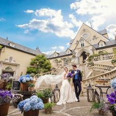目の前に広がる青空と白い雲。風や草花、ゲストみんなに祝福され、幸せに満たされる印象的なシーンに