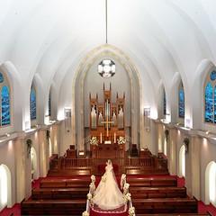 グローリーチャペルは1994年に作られた天井高12m、収容人数168名、バージンロード15mの都内最大級のチャペル。  広いドーム内に響き渡るパイプオルガンの荘厳な音色と聖歌隊の透明な歌声が、厳粛さをいっそう際立たせます。