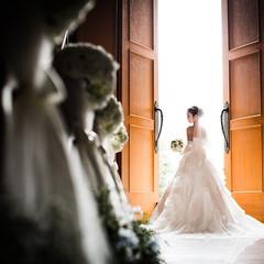 高さ6.5mの大扉は「天使の扉」と名付けられています ドアオープンで教会内に差し込む光は幻想的な空間へと誘います