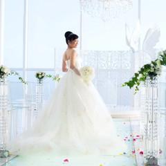 降り注ぐ光が純白のドレスをより一層ひきたててくれるクリスタルチャーチ☆