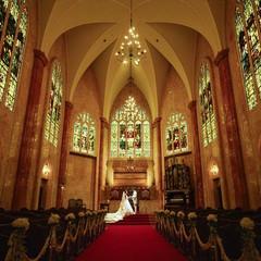 【大聖堂 内観】ステンドグラスに囲まれた神秘的な空間