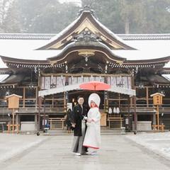 拝殿の後ろに三ツ鳥居・ご神体の三輪山がございます。