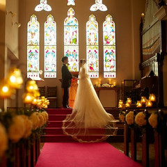 18世紀英国より譲り受けたステンドグラスが輝く本格教会で叶えるチャペル挙式!