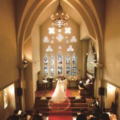 温かい陽光で包み込まれる聖堂内は、聖歌隊の歌声でさらに心温まる挙式に