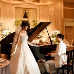 センチュリールームの広々とした会場にグランドピアノを入れてオシャレな披露宴に♪