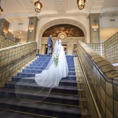 ホテルを象徴する本館大階段。ニューグランドブルーの絨毯にロングトレーンが映えます。