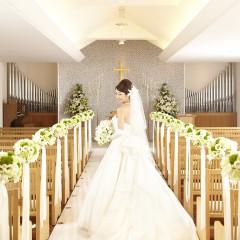 白を基調としたホワイトチャペルは温かい雰囲気に包まれて、ウェディングドレスが美しく映えます。