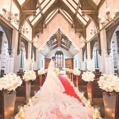 赤いバージンロードに映えるウエディングドレス。