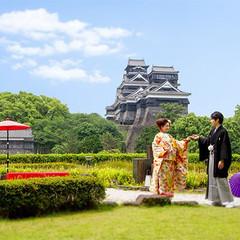 二人が寄り添うように熊本城天守も寄り添って見えるのはホテル空中庭園ならでは。二人のこれからの幸せを見守ってるるかのように見える熊本城。そしていつもより優しく逞しく見えるお二人。