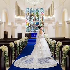 ロイヤルブルーのバージンロードが純白のウェディングドレスに映える