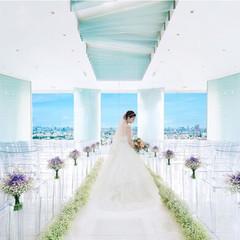 透き通るような空と美景の中で一層美しい花嫁に