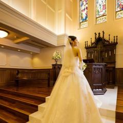 教会で祈りを込める花嫁