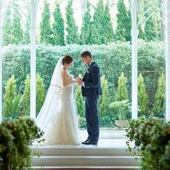 青空と森が窓一面に広がる明るい祭壇。