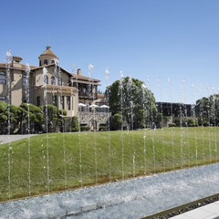 100年の歴史を紡ぐ、本物の風格漂うスパニッシュ様式の大邸宅がふたり物語の舞台