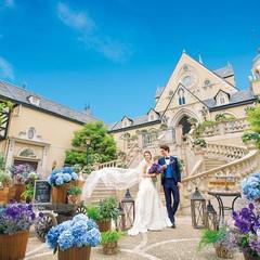 目の前に広がる青空と白い雲。風や草花、ゲストみんなにも祝福され、幸せに満たされる印象的なシーンに