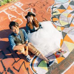 座りショット アメリカン スニーカー しーちゃんの前撮り ロケーションフォト 熊本 ウェディングドレス