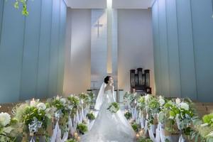 天井高10m。自然光の差す透明感あふれるチャペル