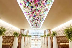 天井に咲き誇る花の美しさがゲストを魅了する