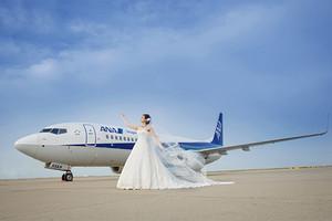世界中がふたりを祝福する..空港らしい結婚式が話題