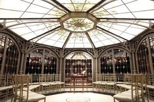 八角形の円天井とステンドグラスが美しいマナーホール