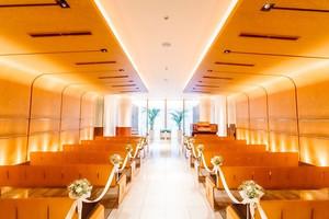 木と大理石で創られたレストラン内チャペルスペース