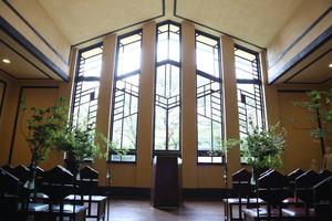 大きな窓が特徴的な「ホール」