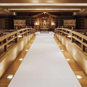 厳かな太鼓橋を備えた神殿で由緒ある本格神前式プラン