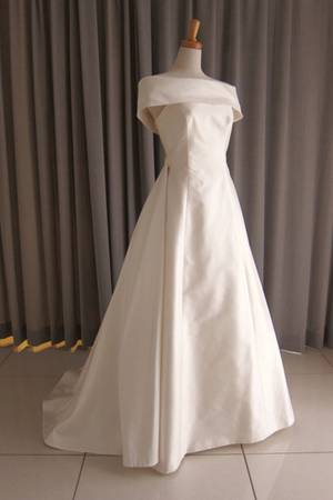 22枚目 Silk taffeta off shoulder cape A-line dress