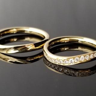0041 / S9316 中央に波のようなえぐりを加工した鍛造結婚指輪