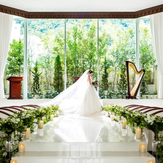 入口から伸びるバージンロードは、どの席からもお二人の姿がよく見えるランウェイスタイルに!