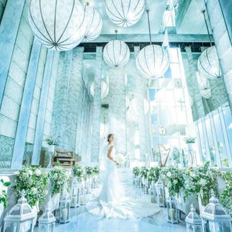 ≪ONEvoyage Church≫幸せな旅立ちを連想させる気球のオブジェに見守られながら、窓に広がる大空へと歩みを進めよう。光に包まれた純白の空間は、花嫁姿をより一層美しく魅せてくれる/132名着席可能