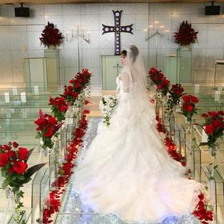 チャペルの装花を変えるだけで、大人のイメージからかわいいイメージまで!ご希望をお伝えください。